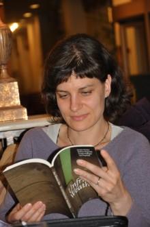 Barbara Pogačnik med internim branjem iz Literaturine antologije In Unfriendly Weather