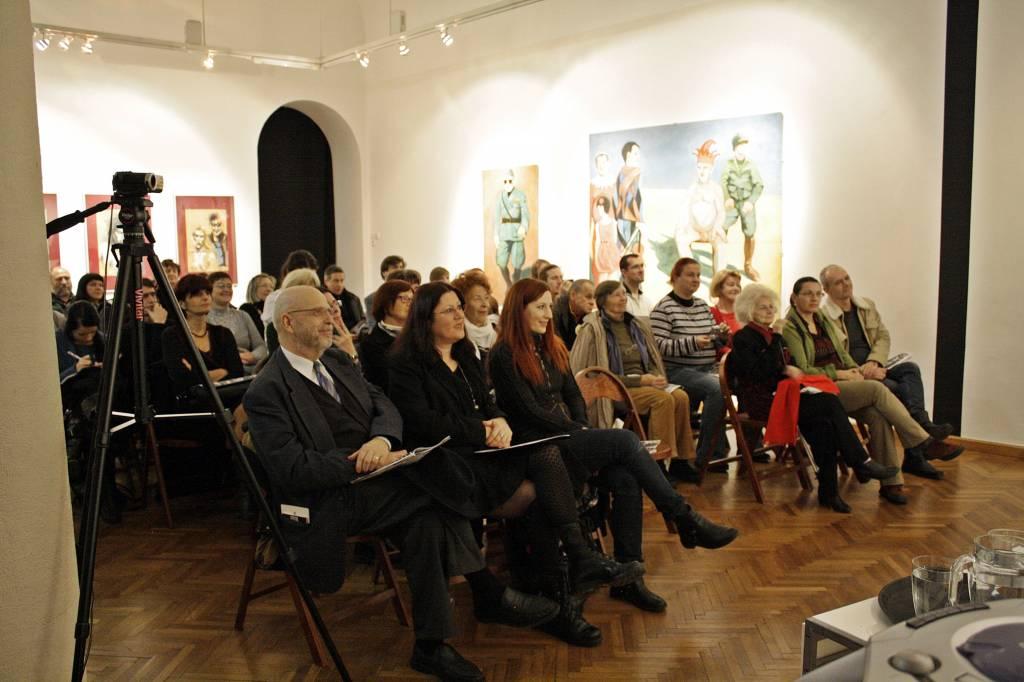 Nastopajoči in poslušalci (v prvi vrsti od leve: Marjan Pungartnik, Breda Slavinec, Petra Kolmančič) - Ta veseli dan kulture v UGM, literarni večer z MKC Črka (Arhiv UGM)