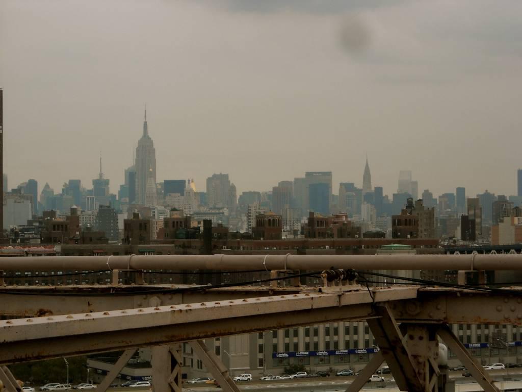 NY skyline z Brooklyn bridgea